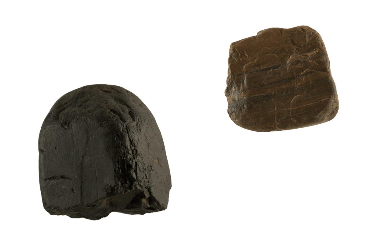 Aan de linkerzijde het pikzwarte Lydiet en daar naast Radioraliet, welke kan variëren in de kleuren grijsgroen, bruin en zwart. Lydiet en Radioliet zijn in het verre verleden gevormd uit diepzeeafzettingen die bestonden uit microscopisch kleine skeletjes van zeediertjes, die radiolariën of kiezelwieren worden genoemd.
