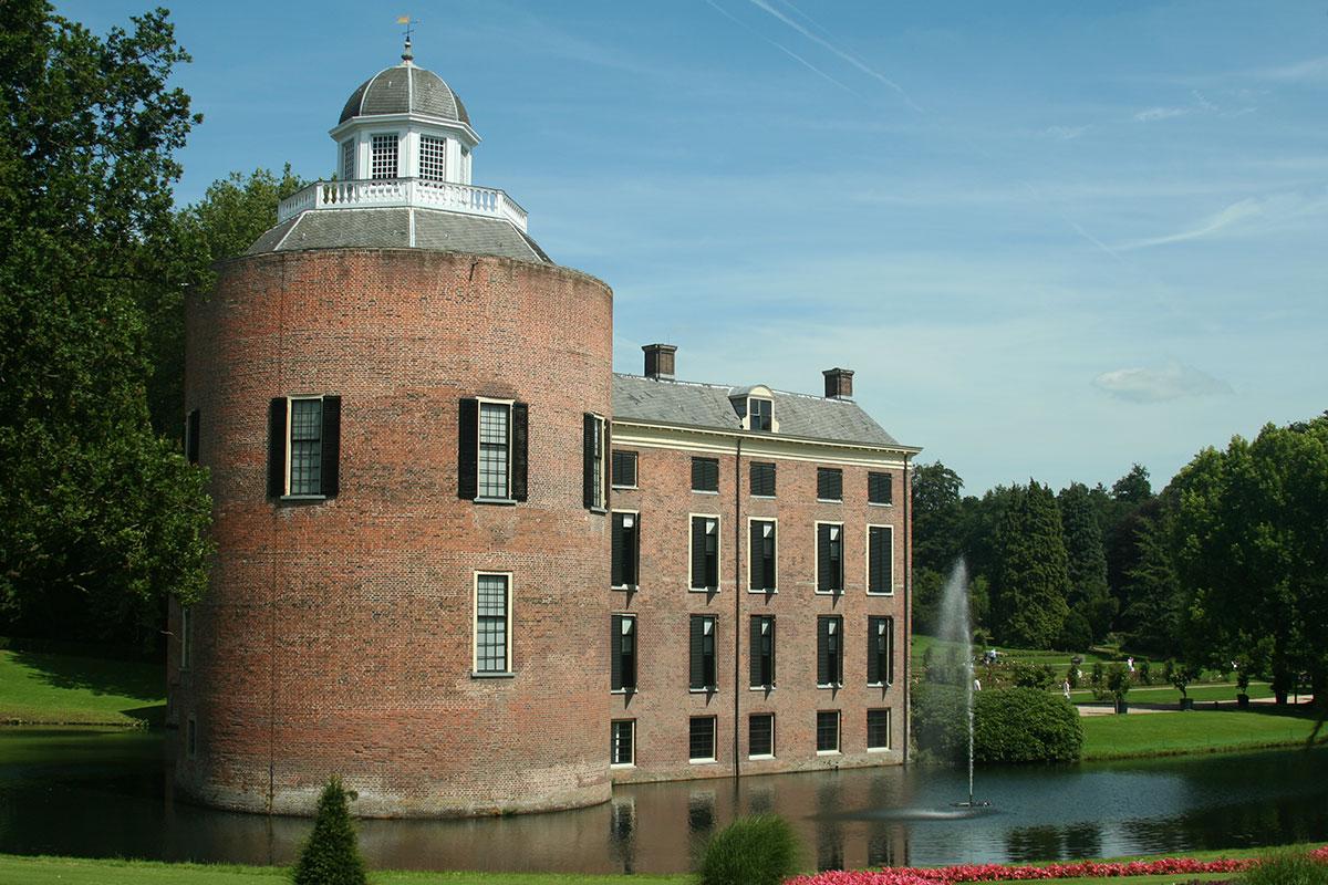 Kasteel Rozendaal met donjon vanaf de zijkant gezien.