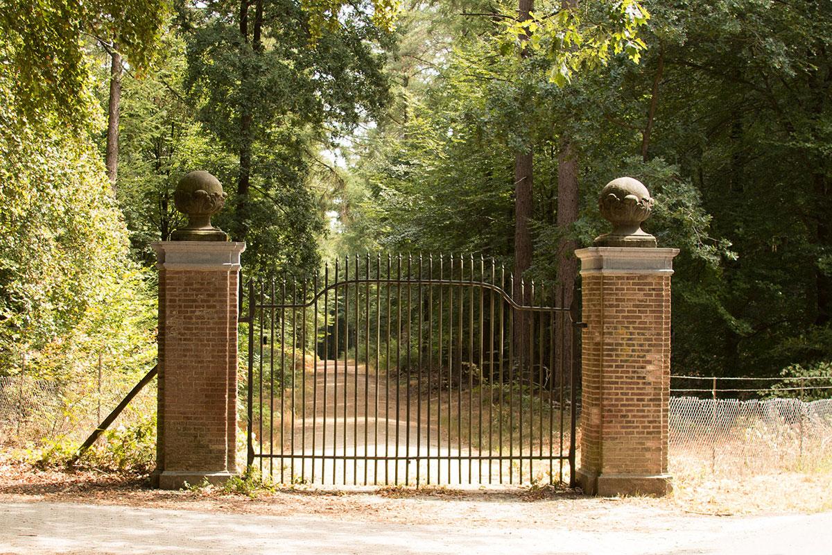 Het Wagelingse hek, de toegangspoort tussen kasteel Rozendaal en de Wageningse allee van destijds.