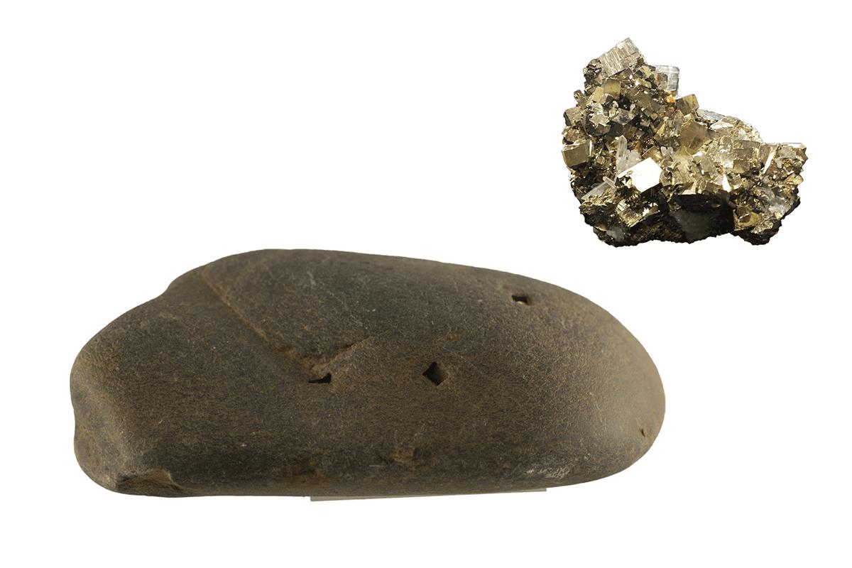 Links het Revinienkwartsiet met de kenmerkende hoekige en vierkante putjes. Rechts bovenin een voorbeeld van het mineraal Pyriet.