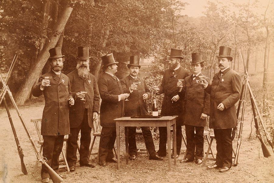 Bestuur van de schietvereniging Velp-Rozendaal 1889. De derde persoon vanaf links is J.G. Wurfbain (eigenaar van landgoed Heuven) en de vijfde persoon van links is J.H. Lüps (eigenaar van kasteel Biljoen en landgoed Beekhuizen), bron: Gelders Archief.