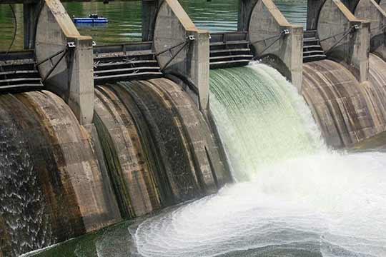 Dammen en sluizen belemmeren vissen om stroomopwaarts te trekken.