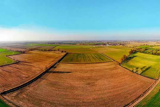 Grote en kale percelen die tegenwoordig het meest voorkomen in de intensieve landbouw