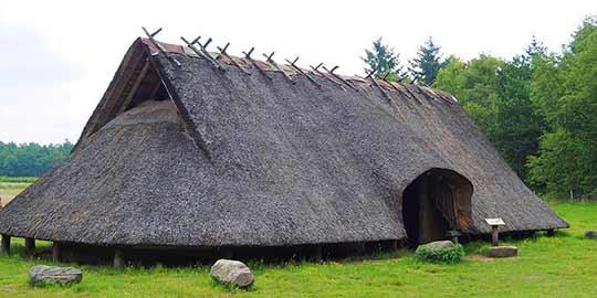 edurende de ijzertijd in Nederland ontstonden de eerste woon-stal boerderijen.